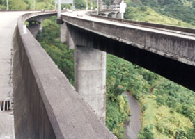 H-3 twin viaducts east of Tetsuo Harano tunnels, facing west, with trail underneath