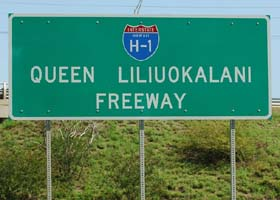 Name sign at west end of Interstate H-1, identifying it as Queen Liliuokalani Freeway